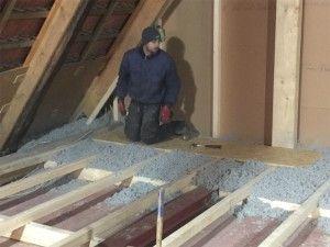 Dämmung des Dachbodens durch offenes aufblasen mit Cellulose Einblasdämmstoff.
