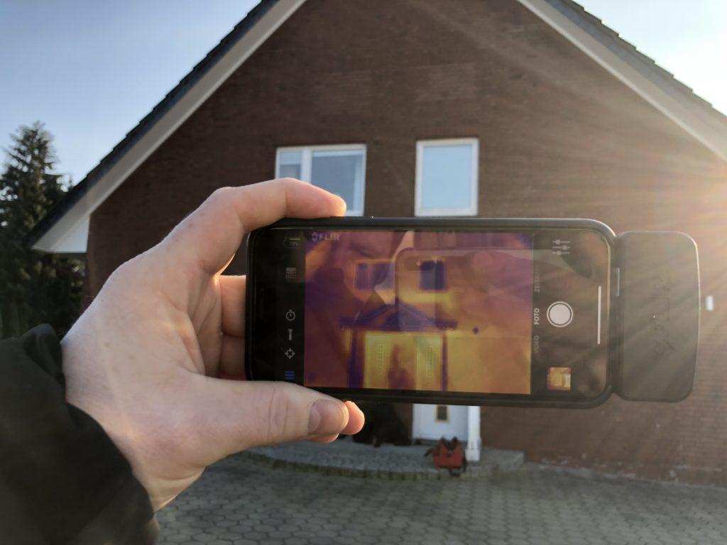 Thermografie einer Außenwand mit iPhone Zusatzkamera
