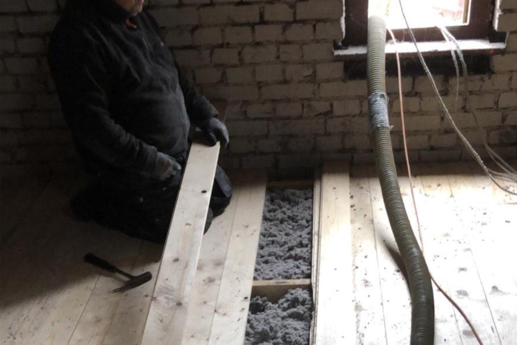 Einblasdämmung im Hohlraum der oberen Geschossdecke