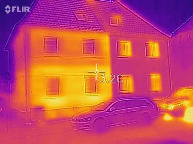Thermografie Doppelhaus Einblasdämmung (links: ungedämmt, rechts: gedämmt)