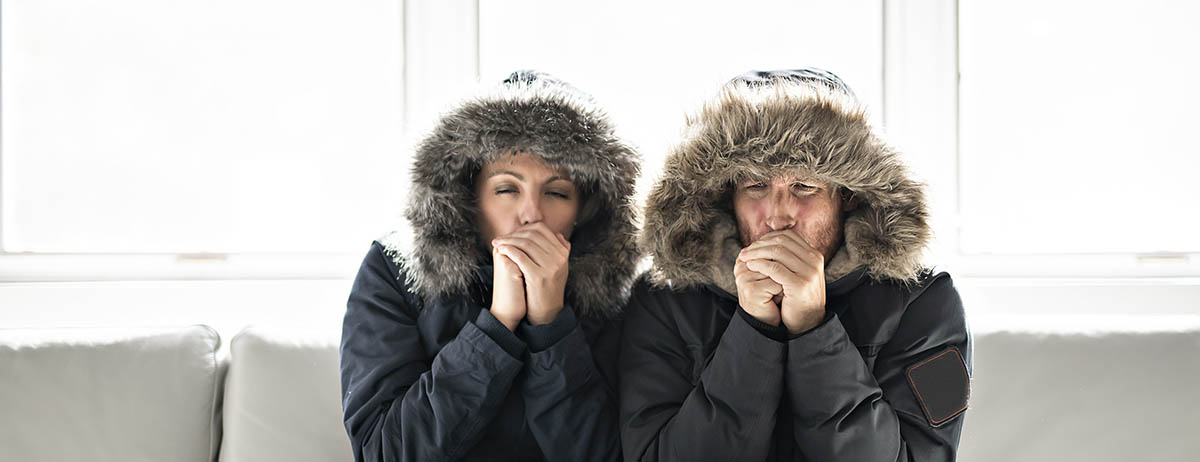 Ehepaar ist kalt im Haus